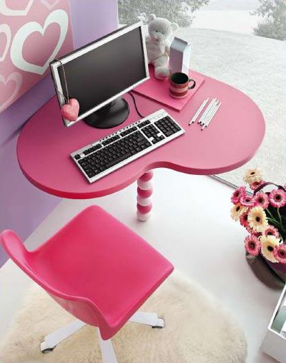 Piano scrittoio a forma di cuore, colore a scelta tra fucsia e rosa.